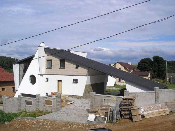 Оригинальный дом. Под одной односкатной крышей и дом и хоз постройки, да еще часть - навес над двором между двумя зданиями
