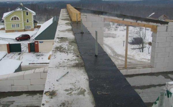 Начало монтажа односкатной крыши - укладка мауэрлата