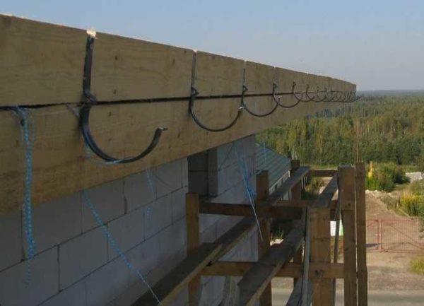 Набили крюки для водосточной системы