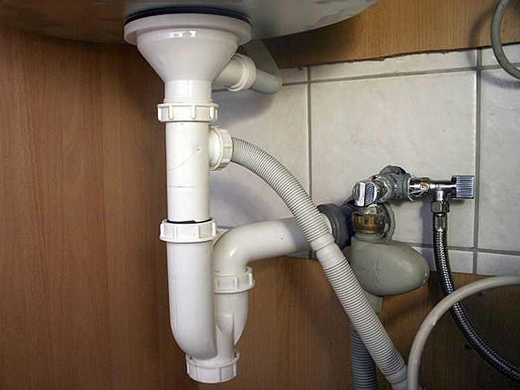 Один из сифонов для подключения слива бытовой техники к канализации