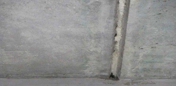 """Баллончик с пеной держать у потолка неудобно, на """"носик"""" можно надеть кусок шланга. Так намного проще работать"""