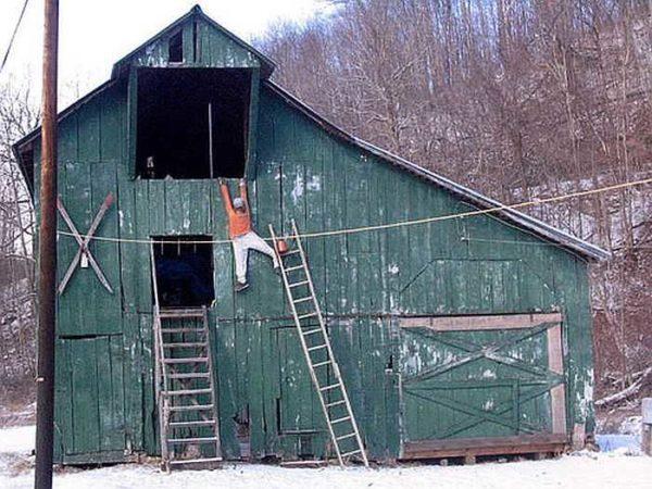 С приставной лестницы далеко не так удобно работать