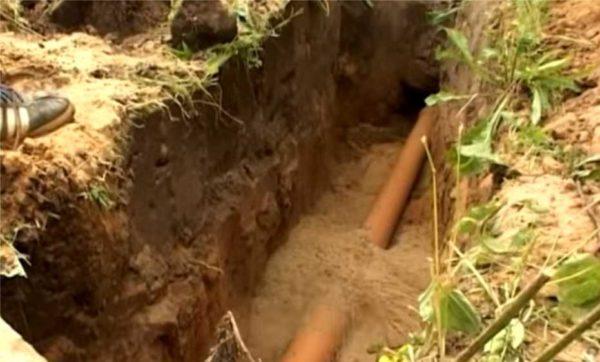 Труба укладывается на дно траншеи и засыпается песком