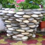 Отделка бетонного вазона галькой