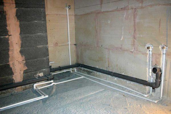 При скрытой прокладке часть труб можно спрятать в полу