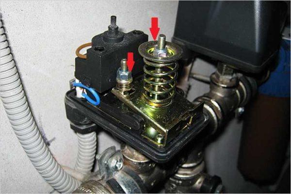 Регулировка реле давления воды происходит при помощи пружин