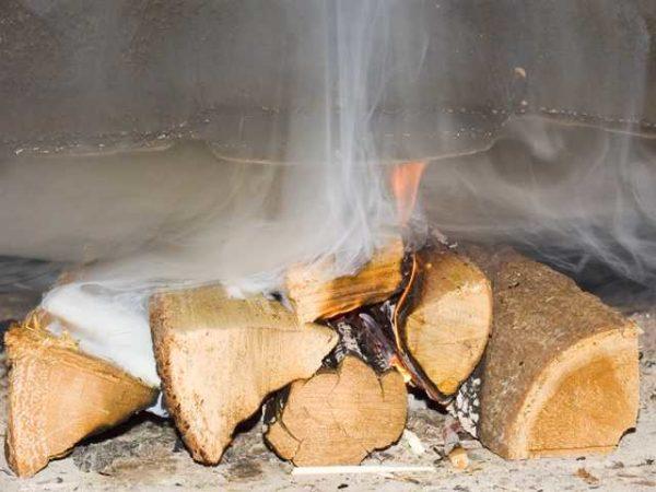 Использование сырых дров приводит к накоплению сажного налета