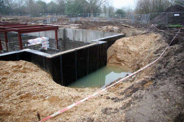 При высоком УГВ делают и ленточные фундаменты, но гидроизоляция должна быть на высоте