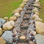 Из дренажной канавы можно сделать украшение участка