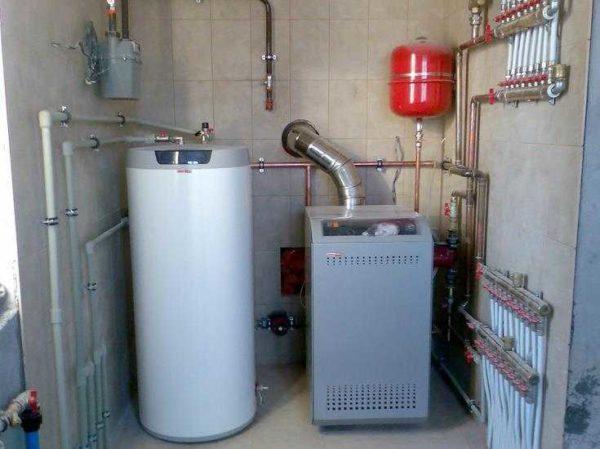 Напольный газовый котел и накопительный бойлер рядом