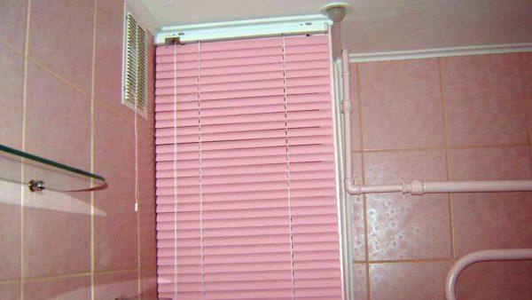 Жалюзи в туалете на стенке - недорогой способ спрятать трубы