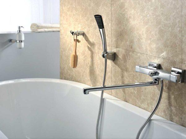 Длинный излив традиционно выбирается в смесителях для ванны