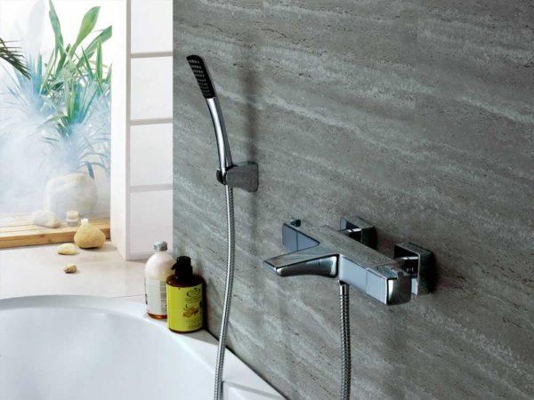 Термостатические смесители для ванной можно узнать по характерной форме - они имеют массивный, вытянутый корпус