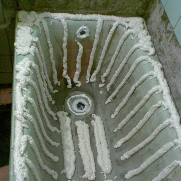 Пример нанесения пены под акриловую вставку для ванны