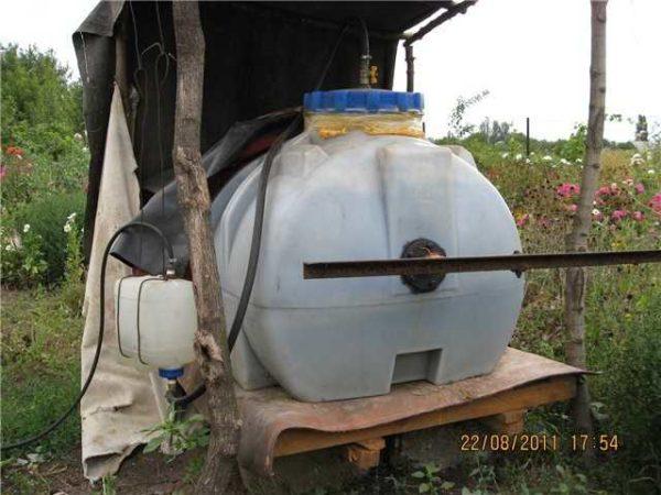 Для домашнего использования и сезонного производства биотоплива (в теплое время года) в малых объемах подойдет пластиковый бак с крышкой