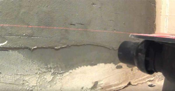 Отмечаем линию укладки стяжки на стенах