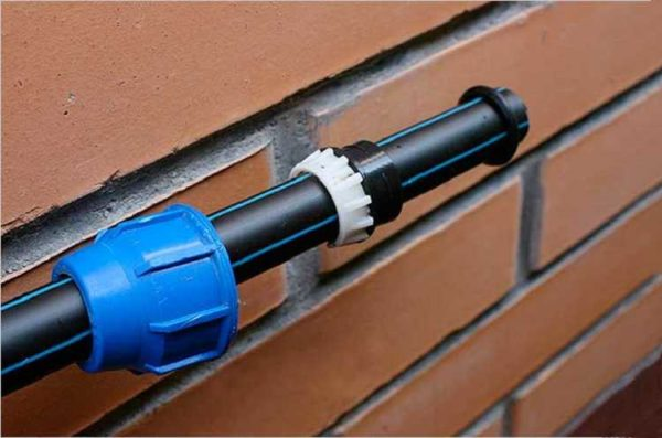 При организации водоснабжения частного ома часто используют ПНД трубы