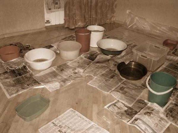 Пока разбираетесь, что течет и откуда, можно подставить посуду для минимизации ущерба. Картину тоже можно заснять