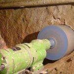 Если не предусмотрели закладную в стене или фундаменте, сверлят отверстие