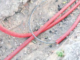 Если кабелей несколько, их укладывают каждый в свою оболочку или располагают просто параллельно на расстоянии 10-15 см один от другого