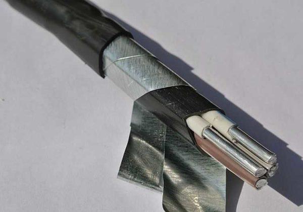 Бронированный кабель имеет три оболочки, обычный - одну