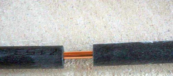 На медные трубки надевают теплоизоляцию, стыкуют очень плотно и проклеивают стык металлизированным (алюминиевым) скотчем