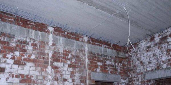 Крепление кабеля на потолке требует много времени