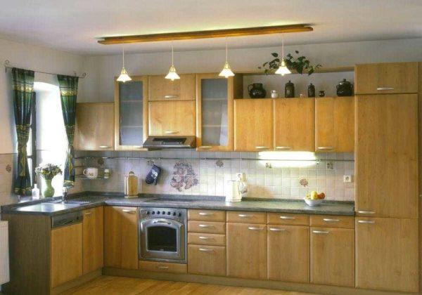 На узкой кухне установить длинный светильник