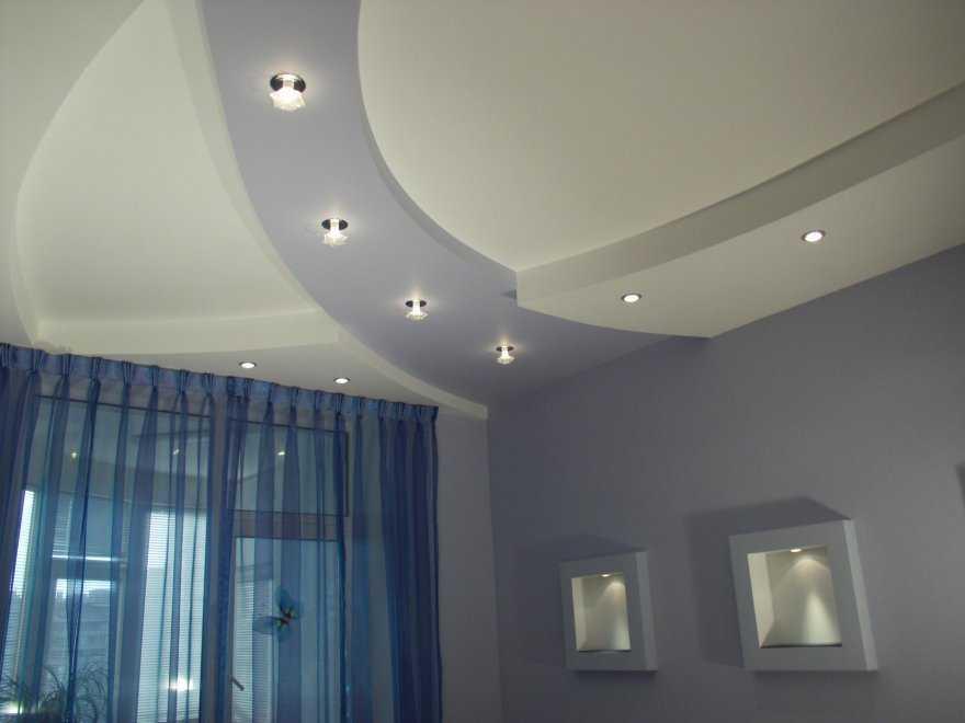 Использование встраиваемых светильников позволяет получить равномерное освещение. Кроме того, можно выбрать красивое размещение точечных светильников на потолке