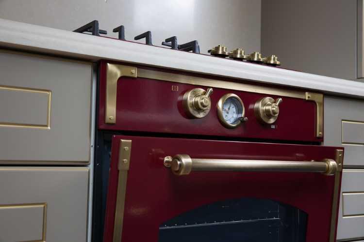 Подключить встроенный духовой шкаф можно в нормальную линию. Лучше чтобы она была выделенной - только для этого агрегата