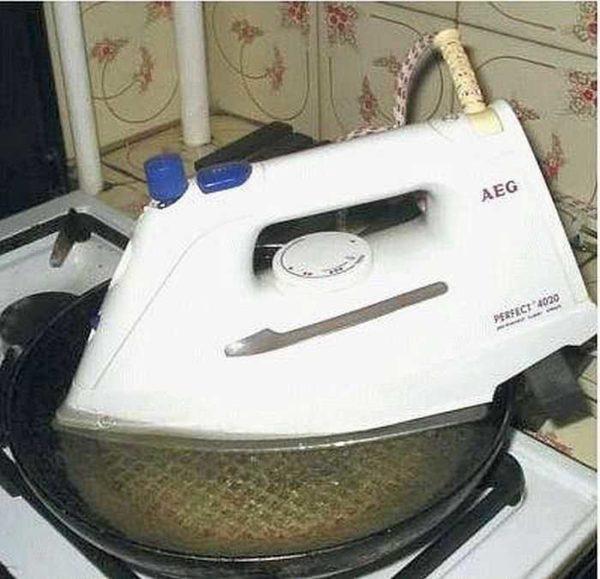 Очищение отверстий для выхода пара на утюге