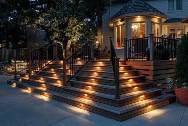 Подсветить лестницы и дорожки очень важно