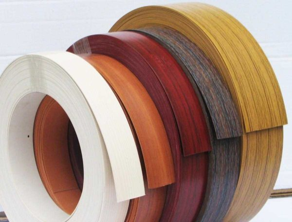Бумажная или меламиновая кромка - самый дешевый, но и самый недолговечный вариант отделки торцов мебели
