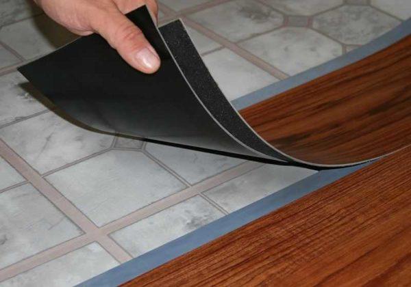 Клеевой замок на виниловой плитке. Именно этот вариант предпочтительнее как напольное покрытие для кухни