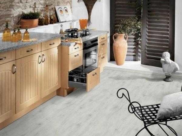 Белый линолеум на кухне с имитацией деревянного пола