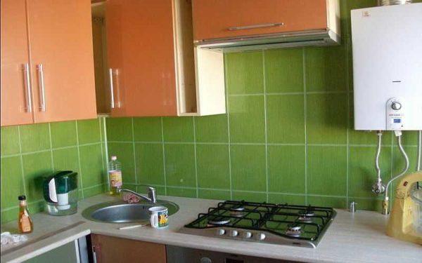 Отделать рабочую стену в кухне можно керамической плиткой