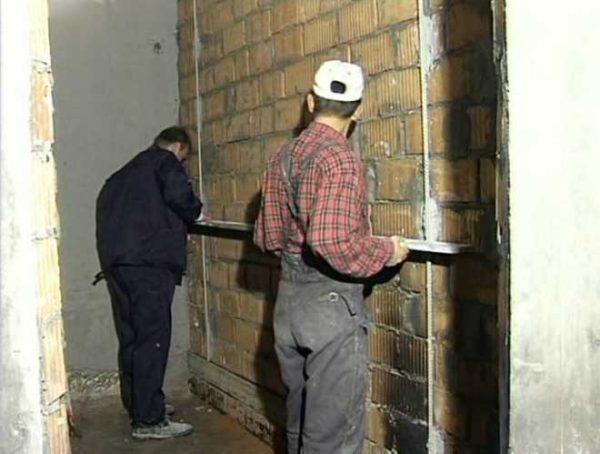 Установка маяков на стены или под стяжку не требует сложных инструментов