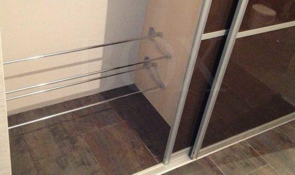 Еще один способ хранить обувь в шкафу купе в прихожей