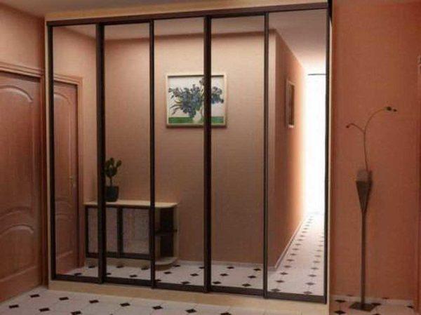 Просто зеркальная поверхность делает маленькое помещение более просторным