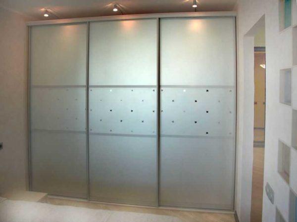 Матовое небьющееся стекло тоже используют при изготовлении фасадов для шкафов купе