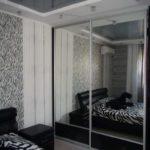 Встроенный шкаф купе в спальню с цельными зеркальными дверками