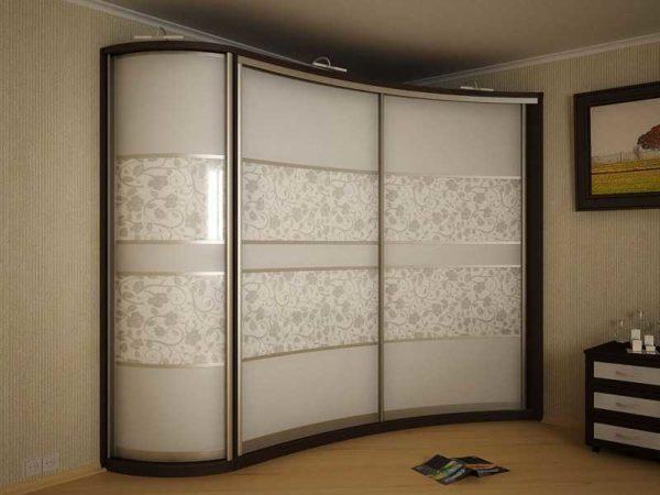 Один из вариантов углового шкафа купе в спальне. При такой планировке получится использовать угол, который обычно никак не используется