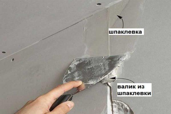 Принцип работы со шпаклевкой - на край шпателя укладывается валик из состава, затем он растягивается в нужном месте