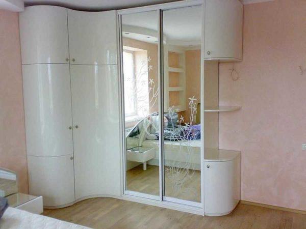 Белый глянец и зеркало. Этот солидных размеров шкаф совсем не смотрится громоздким