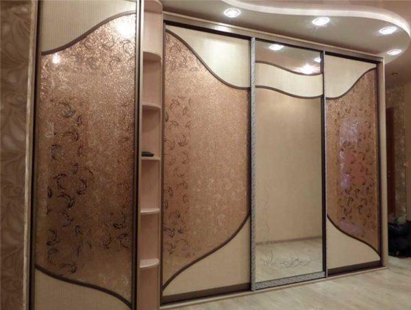 Корпусный угловой шкаф купе имеет собственные стенки, пол и потолок