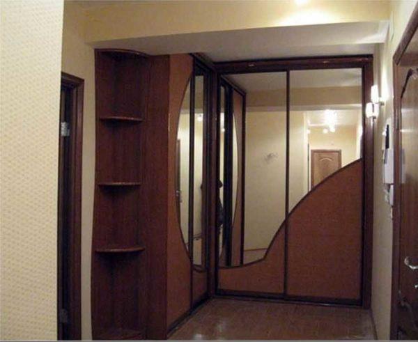 Комбинированные фасады чаще всего делают с зеркалами