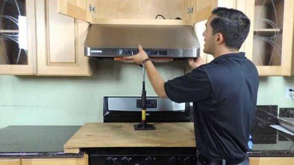 Правильно повесить вытяжку на кухне своими руками несложно