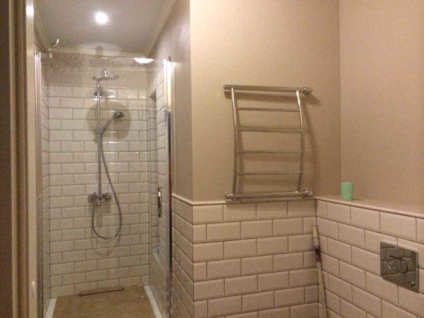 Краской в ванной комнате может быть окрашена только часть стен