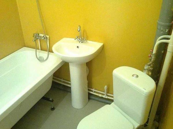 Даже если интерьер не шикарный, крашенные стены в ванной смотрятся хорошо