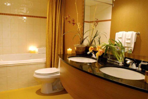 Комбинация плитки и краски в ванной - красиво и практично